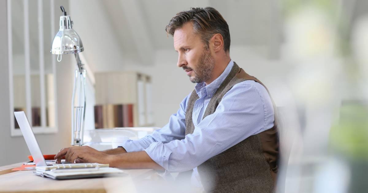 Man achter zijn laptop